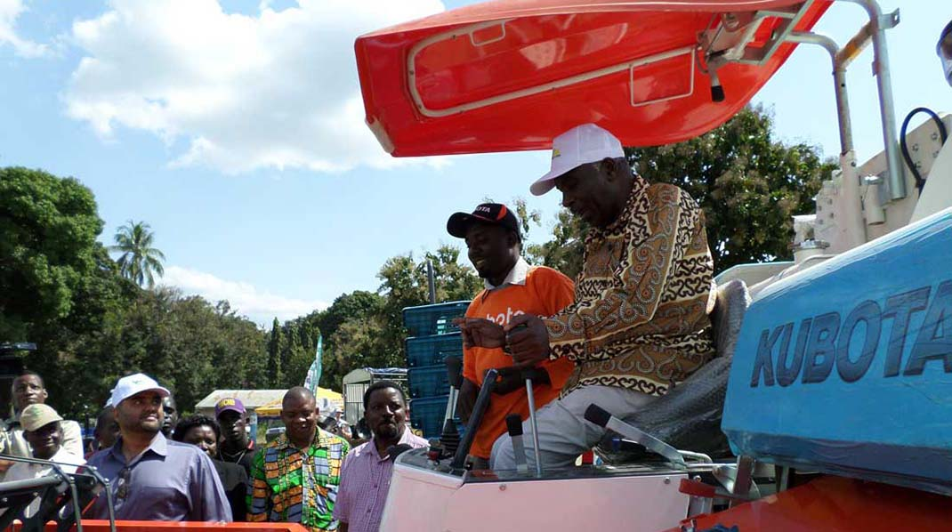 HON-Min-of-Agriculture-driving-Kubota-combine-at-BRN-show